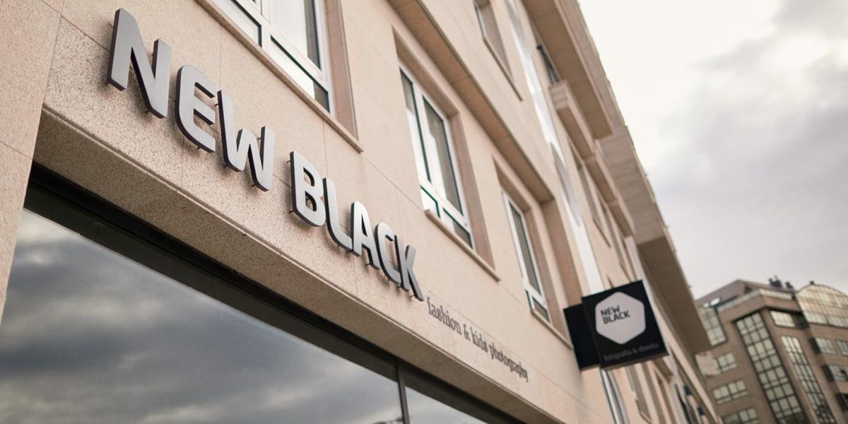 fotografía de la fachada del estudio de fotos de moda e infantil newblack ubicado en A Coruña